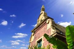 Frontão antigo da fachada da casa de uma casa de campo ilustração royalty free