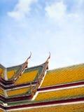 Frontão do templo tailandês e do telhado colorido Foto de Stock Royalty Free