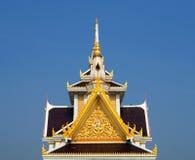 Frontão Skilfully crafted no templo tailandês imagens de stock royalty free