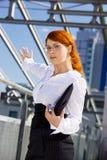 front bizneswomanu miejsce budynku. zdjęcie royalty free