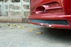 Front Bumper rojo y falda del coche del sedán rotos imágenes de archivo libres de regalías