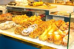 Front der Bäckerei mit goldenem Gebäck stockbilder