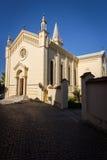 Front der katholischen Kirche an einem sonnigen Tag Lizenzfreies Stockfoto