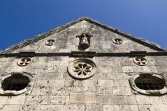 Front der Steinkirche in der Stadt der Kraft Lizenzfreie Stockbilder