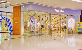 Front des FrauenBekleidungsgeschäftes Stockfoto