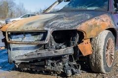 Front des gebrannten heraus verlassenen Autos, Anspruch auf Versicherungsleistungen Stockbild