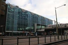 Front des Hauptbahnhofs der Höhle Haag mit ankommender Tram in den Niederlanden lizenzfreies stockfoto