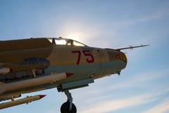 Front des Kampfflugzeugs, Cockpit eines Militärflugzeugs in der Sonne stockfotografie