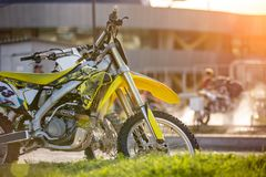 Front des Motorrades bei Sonnenuntergang lizenzfreies stockfoto