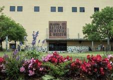 Front des nationalen Denkmals u. des Museums Oklahoma City, mit Blumen im Vordergrund lizenzfreies stockfoto
