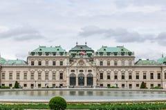 Front des oberen Belvedere mit österreichischer Flagge in Wien Stockbilder