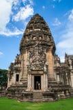 Front des Steinschlosses in historischem Park Phimai Lizenzfreies Stockfoto