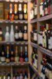 Front des unscharfen Hintergrundes Unscharfe Alkoholflaschen auf Regalen im Supermarkt Stockfoto