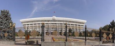 Front des Weißen Hauses, Bischkek, Kirgisistan stockfotos