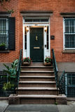 Front Door eines schönen georgischen Ära-Englisch-Manhattan-Reihenhauses New- York Citywohnungsbaueingang stockbilder