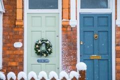 Front Doors med julkransen och snö Fotografering för Bildbyråer