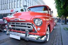 Front eines amerikanischen Retro- Autos in der roten Farbe Stockfotos