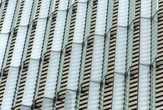 Front eines Gebäudes mit symmetrischen Glasdeckeln Stockbild