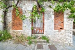 Front eines Laufunten griechischen Hauses Stockfotos
