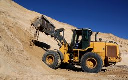 Front End Loader im Sand-Steinbruch Stockfoto