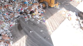 Front End Loader Moves Trash à un centre de réutilisation (8 de 9) clips vidéos