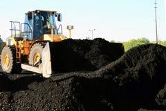 Front End Loader Moving Piles der Kohle Stockfotos