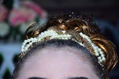 Front et cheveux du ` s de femme décorés des perles Photos libres de droits