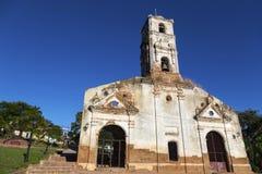 Front Facade Wall Exterior av den gamla f?rst?rda spanska kyrkan med det Klocka tornet i Unesco-v?rldsarvet Trinidad, Kuba fotografering för bildbyråer
