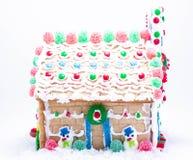 Front Facing Gingerbread House med snögubben och gelékarameller arkivfoto