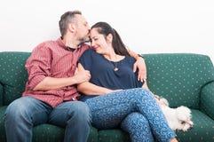 Front girlfrined de baiser de jeune mâle avec amour Photo libre de droits