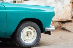 Front Half eines Weinlese-Autos parkte außerhalb einer Reparaturwerkstatt oder Lizenzfreie Stockfotografie