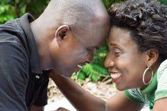 Front menteur de couples heureux contre le front Image libre de droits