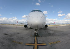 Front Passagierflugzeug-Embraers 195 Stockbilder