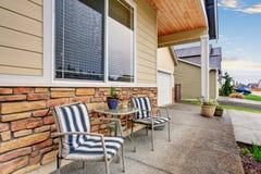 Front Porch com arranjo de assento na casa de madeira clássica imagem de stock