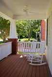 Front Porch com cadeiras de balanço imagem de stock