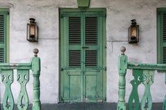 Front Porch com porta e os trilhos verdes fotografia de stock
