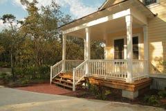 Front Porch da casa amarela fotos de stock