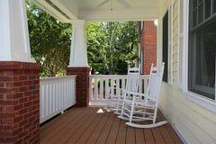 Front Porch met Schommelstoelen Stock Afbeelding