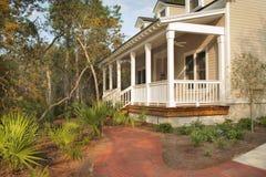 Front Porch van Geel Huis Stock Afbeeldingen