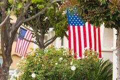 Front Porches con las banderas americanas foto de archivo