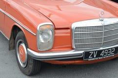 Front Right Side av en röda klassiska Mercedes W115 royaltyfri foto