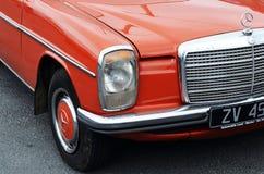 Front Right Side av en röda klassiska Mercedes W115 fotografering för bildbyråer