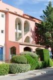 Front van een roze gebouw Stock Foto's