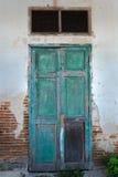 Front View av den gamla dörren för Grungegräsplanträ Royaltyfri Bild