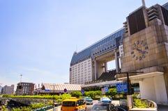 Front View av den Kina Hangzhou järnvägsstationen i en Sunny Day arkivfoton