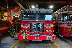 Front View av en bil för brandmotor som tillhör brandstationstaden av New York Royaltyfri Foto