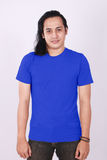 Front View Blank Blue Shirt no modelo masculino asiático imagens de stock royalty free