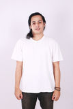 Front View Blank White T-tröja på asiatisk manlig modell Arkivbilder