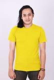 Front View Blank Yellow Shirt no modelo masculino asiático imagem de stock royalty free