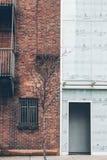 Front View Building /Houses Alter Ziegelstein und Glas nebeneinander stockfotografie